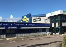 Borgås Gårdsväg 1, Borgås-Varla närmaste affärshusområde från E6, grannar med Plantagen, SängJätten, Kvik, Bilia, Bilcenter Väst, Djursjukhuset m.fl