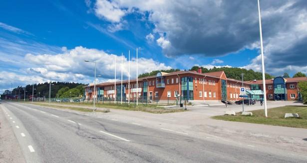 Fastigheten ligger längs med Näsvägen, nära korsningen till Svinningevägen