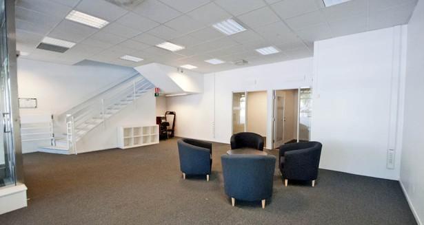 I bottenvåningens bakre delar finns två kontors-/mötesrum