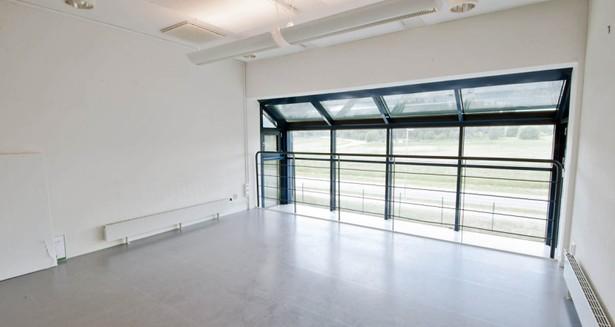 Det avdelade kontorsrummet, längs med långsidan, som kan göras om till ny entré