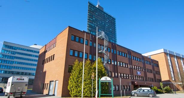 Fastigheten sedd från entrésidan, med Kista Science Tower i bakgrunden