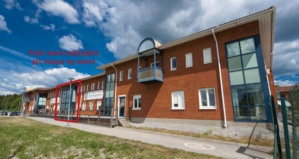 Fasadens långsida mot Näsvägen, där det är möjligt att skapa en ny entré till lokalerna