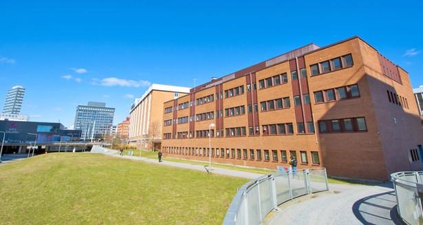 Fastigheten till höger i bild och intilliggande Kista Galleria till vänster