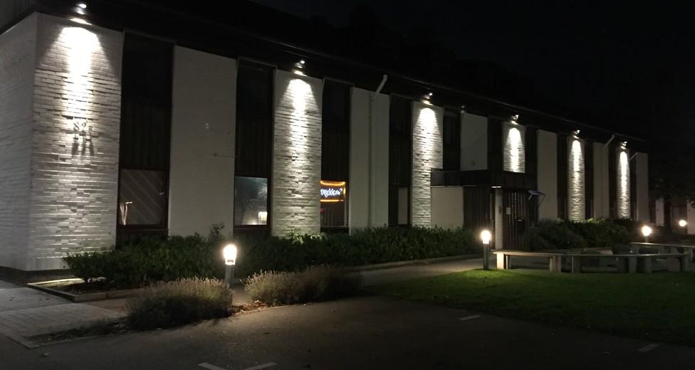 framsida byggnad, kväll