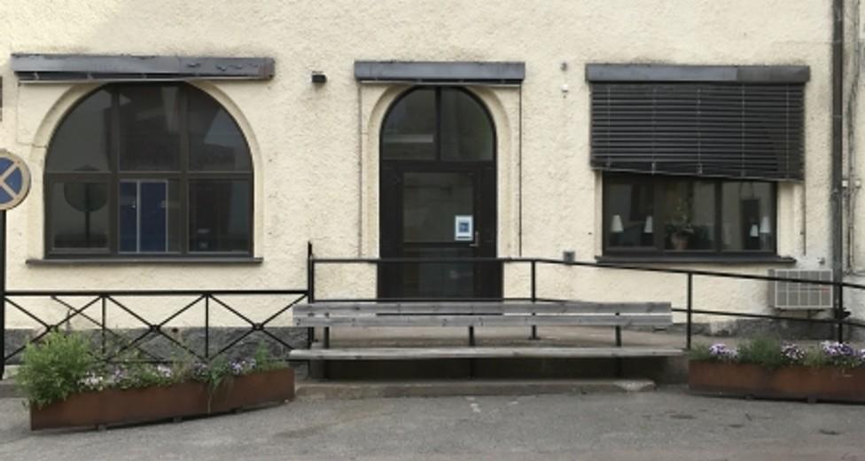 Entre från innergård (personal kundparkering).jpg