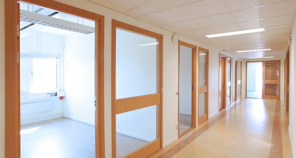 Korridor in till inglasade kontorsrum