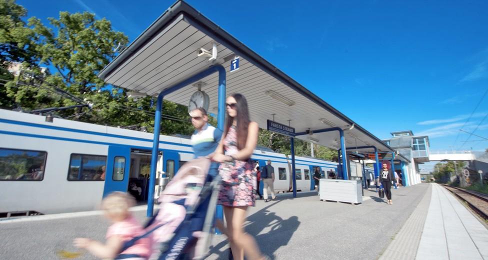 Farsta Strands pendeltågstation ligger endast ca 700 meter från fastigheten