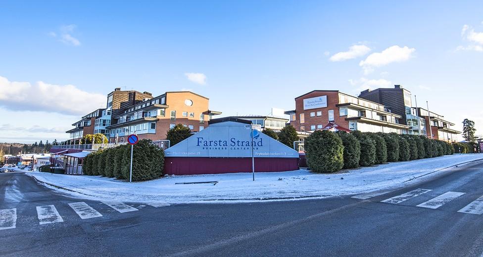 Fastighetens fasad mot korsningen Mårbackagatan/Edsvallabacken