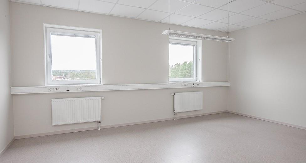 Fönsterna förser rummet med bra ljusinsläpp