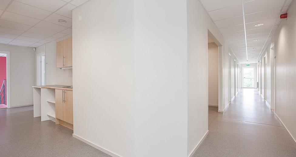 Från entrén når du lätt pentryn samt kontorsrummen