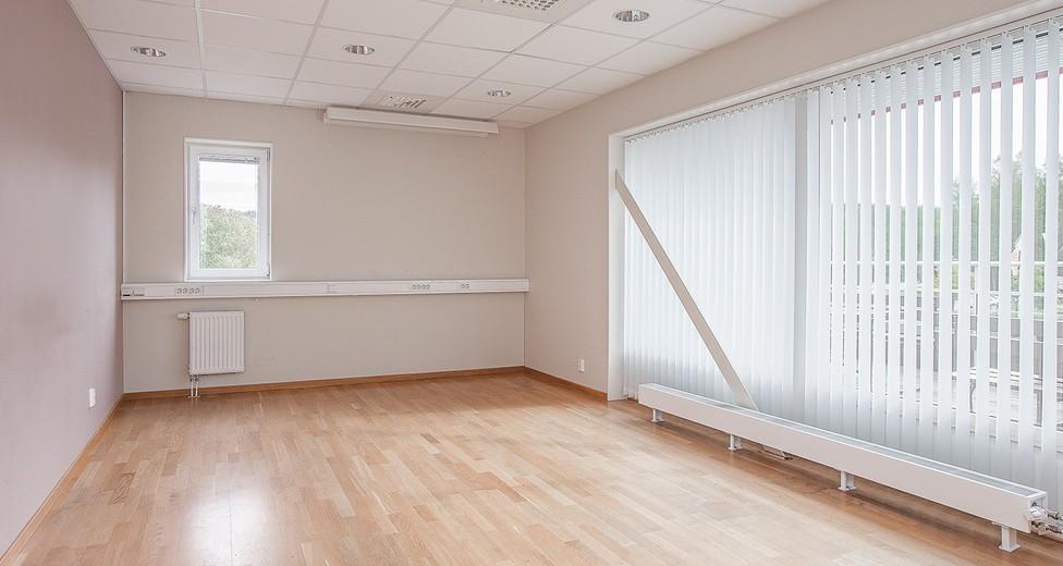 Kontorsrum i hörn läge med fönster i flera väderstreck