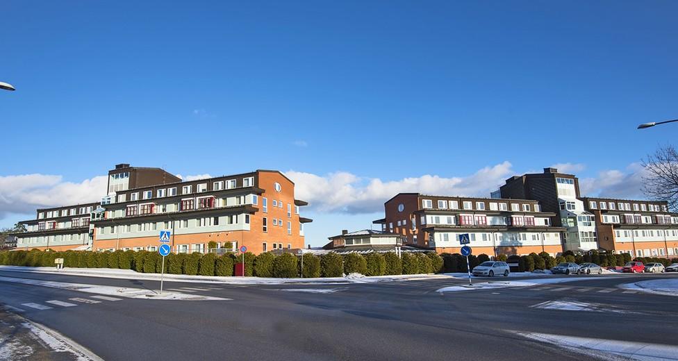 Fastighetens fasad mot korsningen Fryksdalsbacken/Mårbackagatan